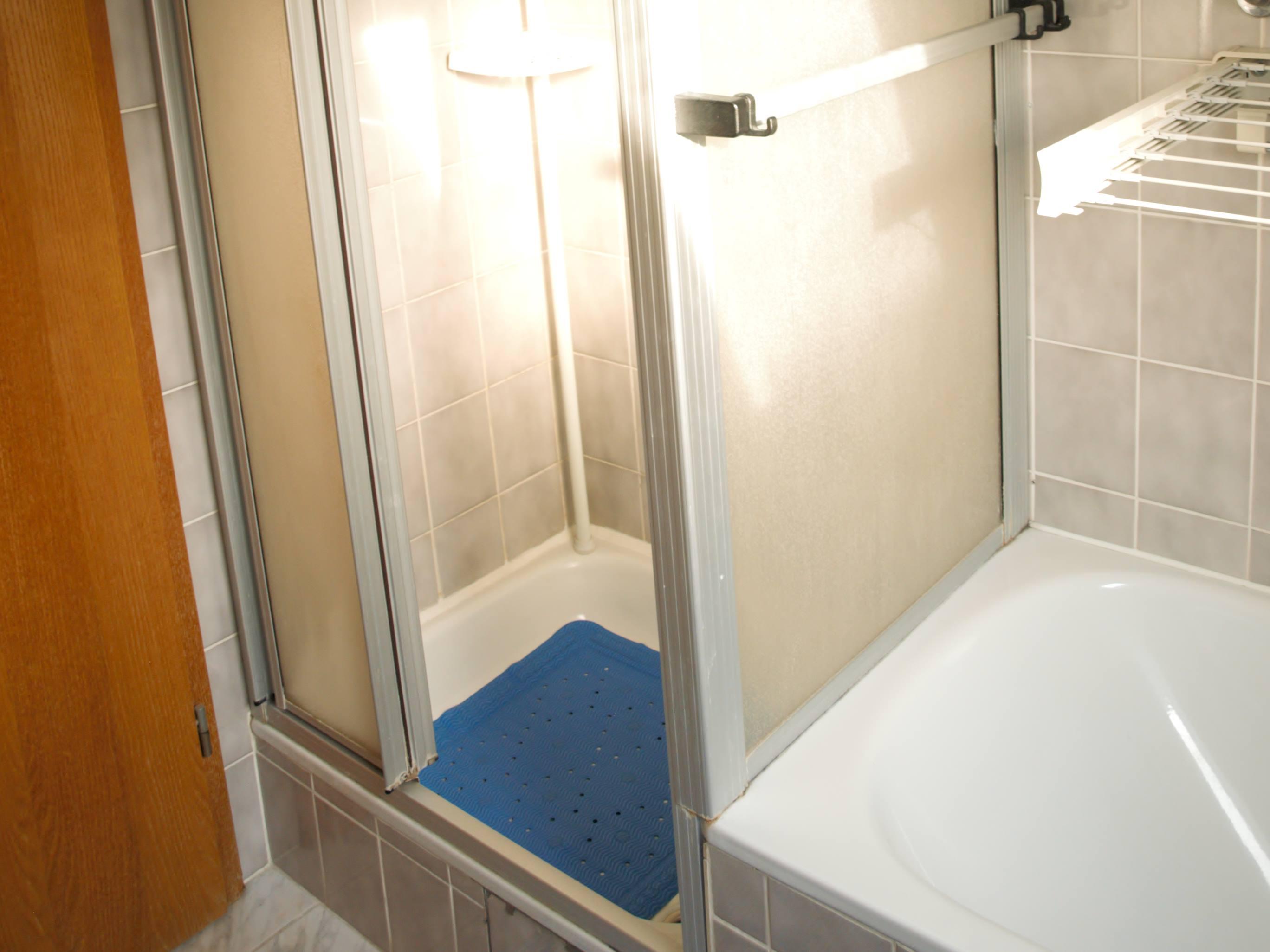 Monteurzimmer Bollhorst Dusche und Badewanne